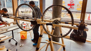 Beim Teamevent Kettenreaktion bauen die Gruppen aus unterschiedlichstem Material eine spektakuläre Kettenreaktionsmaschine