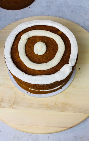 1. Ring: Buttercreme ( Rettungsring). 2. und 3. Ring: Vanille - Sahnefüllung