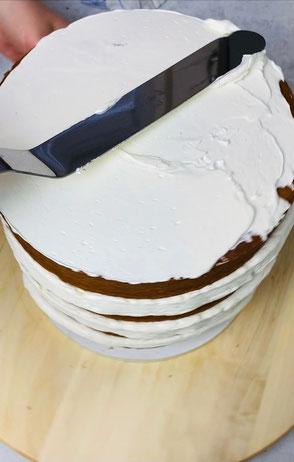 Die Torte außen mit Buttercreme einstreichen
