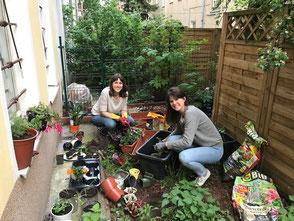 Marlene und Katharina begrünen den Hinterhof © Pomeranze