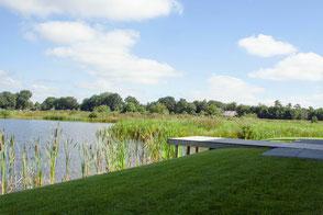Villatuin aan het Friese water