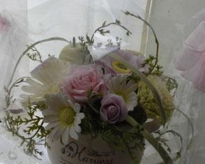 正面から見ると ・・・ こちらはピンクのバラとパープルのつぼみのバラ、マーガレットが中心。