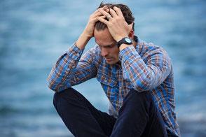 Traurig-verzweifelter mann am Wasser