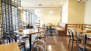2階にテラス席の有るカフェ