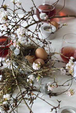 Easter Table Decor Inspiration With PASiNGA Concrete Accents And Pastel Blossoms