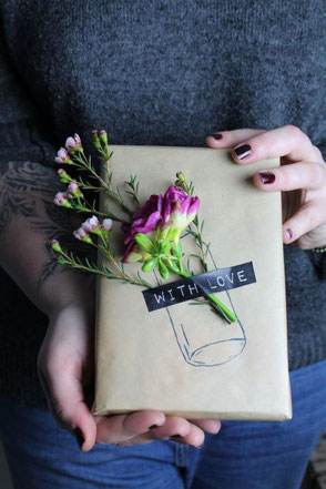 Fresh Flower DIY Gift Wrapping via noordwind