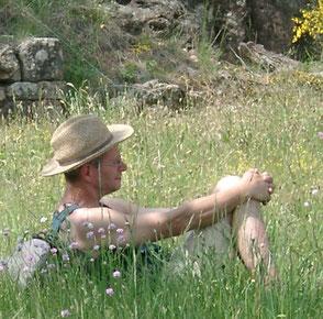 Thomas Hombergs mit Strohhut in einer bunten Blumenwiese