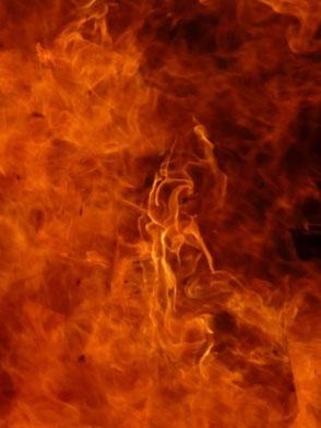 Diese Feuerflamme steht für die rauchende Zigarette die dem Körper schadet. Ein Rauchstopp befreit davon.