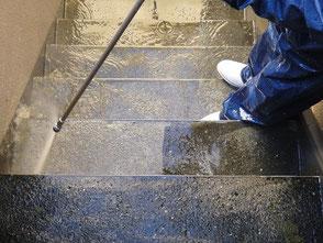 マンション・アパートの外階段の高圧洗浄