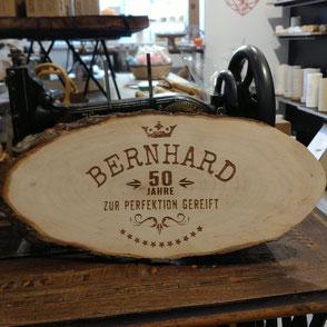 Rindenscheibe graviert mit dem Text: Bernhard 50 Jahre zur Perfektion gereift.