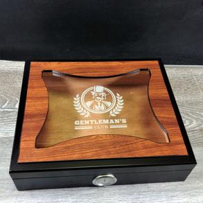 Humidor aus Holz mit gravierter Glasoberfläche.