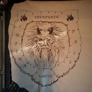 Graviertes Leder mit dem Wappen eines Perchtenvereins.