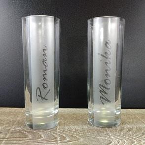 Zwei Trinkgläser graviert mit einem weiblichen und einem männlichen Vornamen.