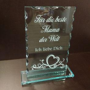Rechteckige Glastrophäe graviert mit dem Text: Für die beste Mama der Welt. Ich liebe Dich.