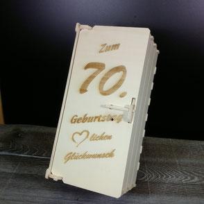 Eine Holzbox graviert mit dem Titel: Zum 70. Geburtstag - Herzlichen Glückwunsch