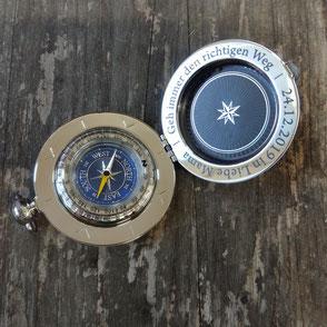 Kompass aus Edelstahl und Glas graviert mit dem Text: Geh immer den richtigen Weg.