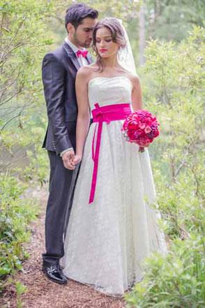 Das edle Spitzen Brautkleid mit Akzenten in pink