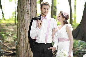schlichtes Brautkleid mit Gürtel in rosa