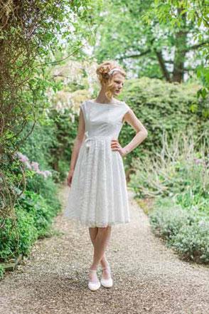 Das mädchenhafte kurze Brautkleid mit Spitze