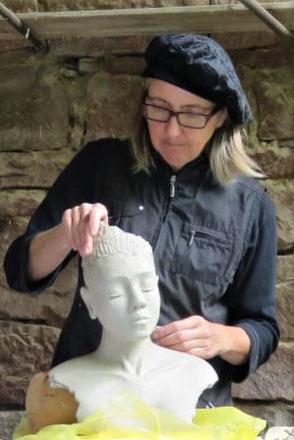 Keramikerin beim Modellieren