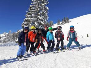 holzboden-blaue -skischuhe-beine