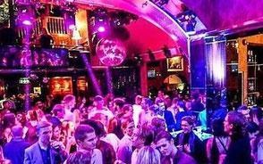nattklubb med rosa ljus