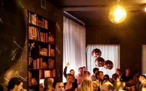 rum med bokhylla, discokula och människor