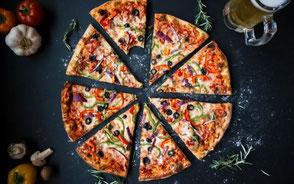 Uppskuren pizza med oliver och paprika