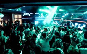 nattklubb med turkosa discoljus