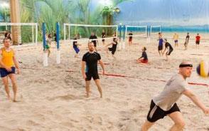 personer som spelar beachvolley