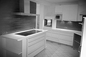 Küche mit Holzoptik-Küchenspiegel
