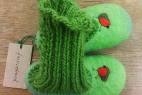 handgefilzte Hausschuhe in grün mit Rotkehlchen und gestricktem Bund von Faserverbund