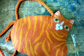 handgefilzte Umhängetasche in Form einer Katze orange getigert von Faserverbund