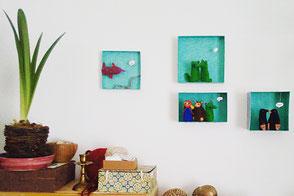 Bilder und Fingerpuppenboxen mit Fingerpuppen an der Wand, von Faserverbund