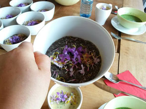 WerkstattMurberg.at Kraeuterkochkurs Mahlzeit Bild 4 Chiasamen mit essbaren Blumen