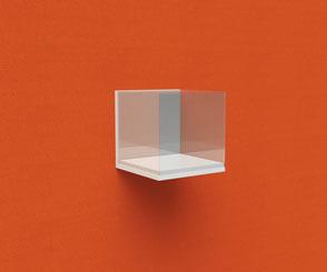 Glasvitrine, schwebend durch unsichtbare Innenkonstruktion an Akustikbild