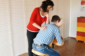 Shiatsu-Behandlung auf einem mobilen Massagestuhl
