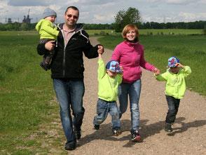 Das Foto zeigt eine Familie mit drei Kindern beim Spaziergang. Foto: Alexandra H./pixelio.de