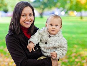 Das Bild zeigt eine junge Mutter mit ihrem kleinen Sohn auf dem Arm. Foto: Pixabay.com