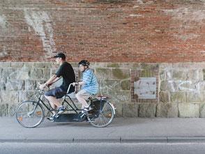 Das Foto zeigt zwei Personen auf einem Tandem. Foto: Martin Rink