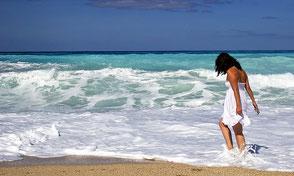 Frau im weißen Kleid am Meer