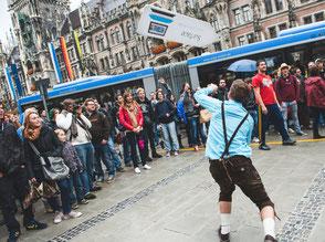 SignSpinner bei einer Werbekampagne mit begeisterten Passanten.