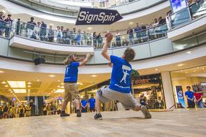 SignSpinner machen eine Show bei der deutschen SignSpinning Meisterschaft 2018.