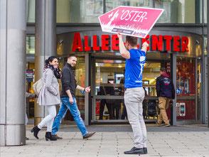 SignSpinner bewirbt eine Sonderaktion für eine Imagekampagne.