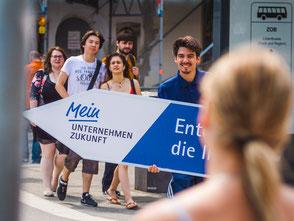 SignSpinner macht Werbung im Zuge einer Imagekampagne.