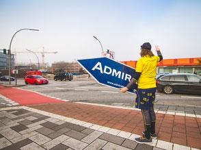 SignSpinner am Straßenrand bei der Bewerbung einer Kampagne.