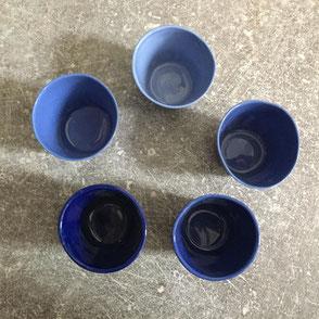 Camaïeu de petites tasses à café. porcelaine. Atelier de céramique Brigitte Morel Paris