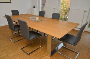 Tisch aus massivem Holz mit Metallfüßen