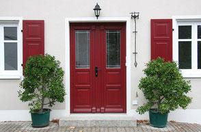 große rote Eingangstür im Landhausstil