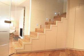 Treppe mit integriertem Schrank in Weiß